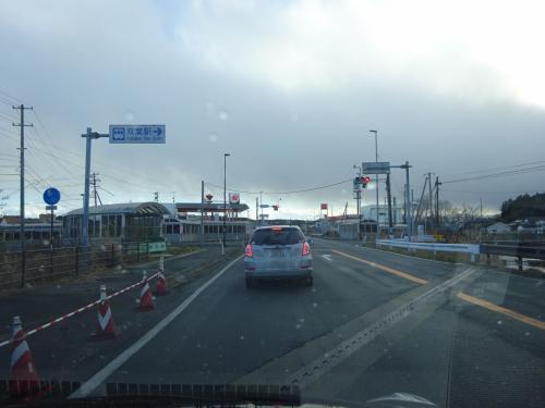 右折すれば双葉駅。もちろん、直進しかできない。<br /><br />このあたりから空がどんよりしてきて、雨が降ってきた。<br />運転していて、気分が重たくなってくる。<br />
