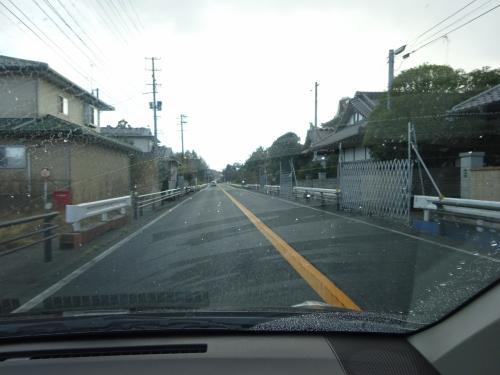 道の両側にバリケードがしてあり、無人の集落。