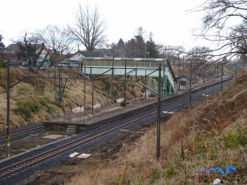 この先、富岡町に入る。<br /><br />国道から常磐自動車道に向かう道のみ通行できる。<br />その途中から見える、夜ノ森駅。