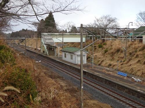 実は、常磐線を挟んでこちら側は、帰還困難区域から外れている。<br />ということで、この地点では車を降りることができる。<br /><br />駅舎のある向こう側は、相変わらず帰還困難区域。<br />