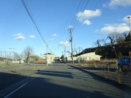 国道から、富岡駅まで向かう道。<br />以前はこの道がメインルートだった。<br />今は再開発で新しい道ができたので、車通りが少ない(あとで知った)。<br />