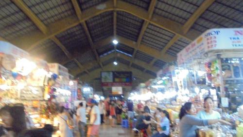 ベンタイン市場内部。19時過ぎには市場自体が閉まるので,結構夜は早いですね。<br />特に何も買いたい気が起こらずぶらぶら。