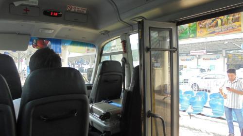 ホーチミンの空港ではやはり客引きが多いけれど,一目散に49番バスを目指す。<br />49番バスはバス停というよりホテルと契約しているシャトルバスなのかも。
