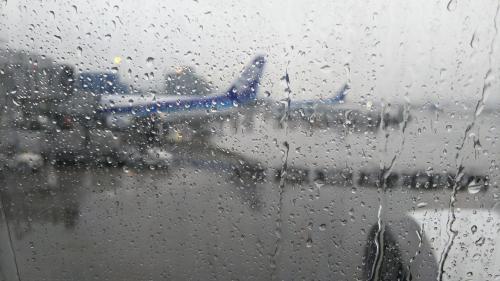 福岡空港に着きました。<br />あぁ、やっぱり、私の中の雨男、お目覚めでした…(涙)