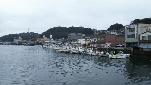 案内所を後にして、少し歩くと、こんな風景に出会いました。<br />小さな港町。<br />大好きな風景です。<br />ここで良かったじゃん!