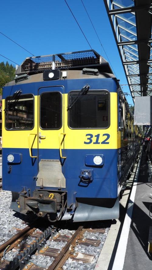 インターラーケン オスト(東)駅からは、列車を乗り換えて、ラウターブルンンネンへ。