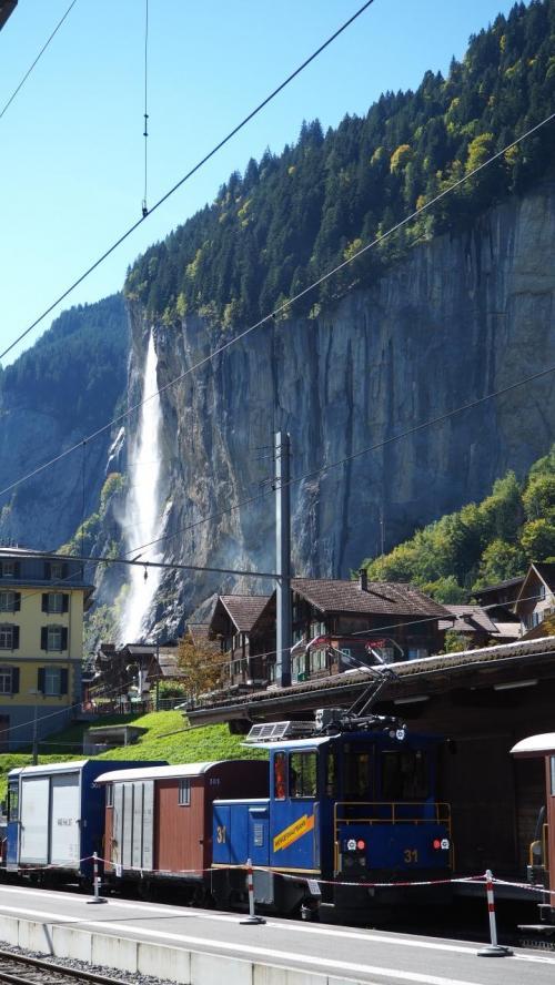 あの滝、見事でしょう?今日は遠巻きに眺めるだけ^^;)ここは谷になっているので、崖からいくつかの滝に出合います。