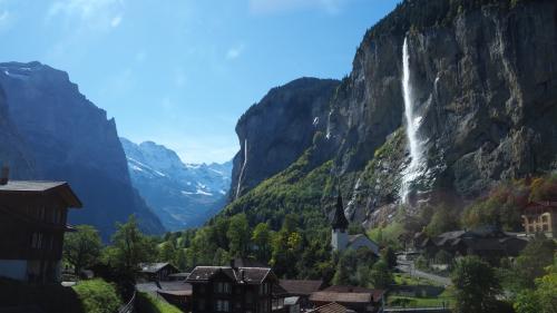 登山列車の車窓からは、シュタウプバッハの滝が見事な眺めです。