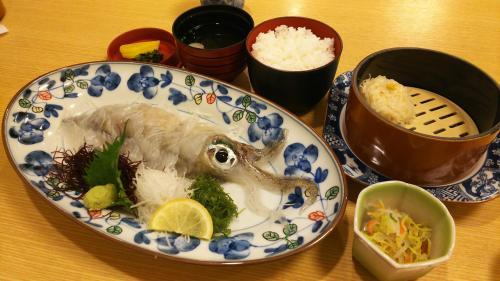 出てきました、イカの活き造り。<br />これを食べに、ここに来ました。<br />ワクワクしてきます。<br /><br />イカシューマイ、我慢できず、ひとつ食ってしまいました(笑)