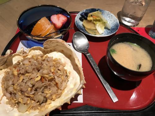〆の蟹炒飯。<br />蟹だけじゃなくて鮑や貝も入っていて、すごくおいしい。<br />お腹いっぱいで満足な夕食でした。