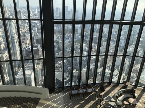 まずはホテルのエントランスからエレベータで40Fまできゅいーんとあがります。<br />貸切エレベータであがる高速エレベータ。。。なんというか。。<br />既に贅沢です。<br />エレベータを降りれば、そこは天空の眺望。