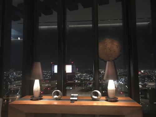 フロントから見える夜景もまた素敵。<br />3時過ぎにきて、夜7時すぎまでたっぷり4時間。<br />半日楽しませていただきました。