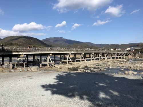 いつも一緒に京都巡りしているお友達は渡月橋初体験。<br /><br />車が通っている事にショックを受けていました。<br />木造の素敵な橋を想像してたらしい。笑<br /><br />人と車が溢れてるのが普通なので、そんな想像してた事にビックリ。笑笑