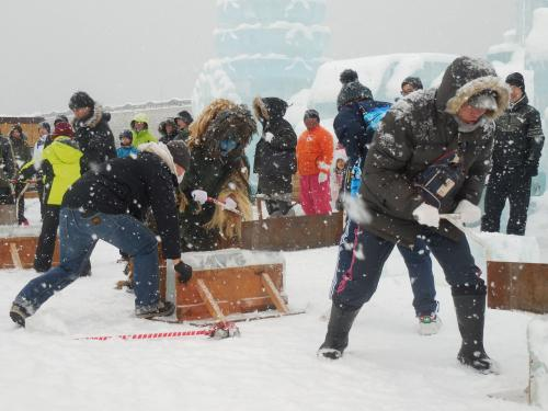 流氷まつりでは、いろいろなイベントが行われていました。これは氷早切り競争です。<br /> なまはげも参加し、なぜかBGMは天国と地獄でした。