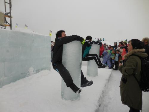 こちらは氷柱抱きつき我慢大会です。<br />