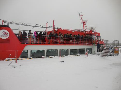 出航前のガリンコ号です。大勢の客が乗っていました。