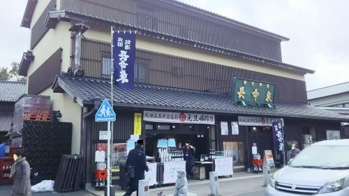 お寺に向かう参道で、地元の酒屋さんに寄り道。