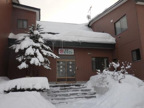 宿泊した旅館は、とりこし旅館といい、最寄りのバス停は、潮見小学校です。一泊二食付きで6,300円でした。