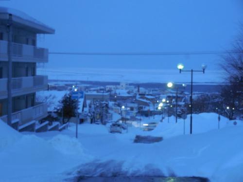 <br /> 「おお!すごい!」<br /> 旅館裏の高台から海を眺めると、海が一面流氷に覆われている様子が見えました。流氷がすごく近く見え、迫ってきたかのように見えました。