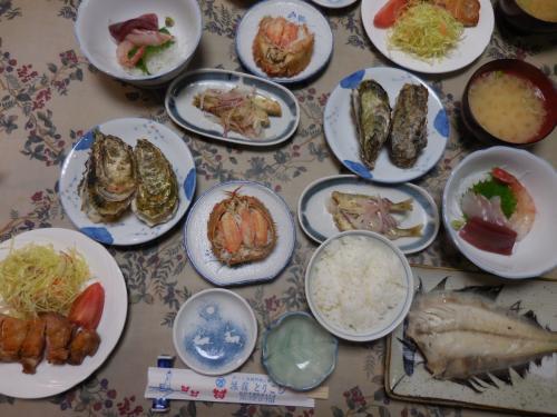 旅館の楽しみといえば、夕食ですね。右下のかれいは、なめたがれいの塩茹でです。なめたといえば干物が多いのですが、塩茹では初めて食べました。あっさりしていました。刺身はマグロとクロゾイ、その隣の皿はチカの南蛮漬けです。<br /> 毛蟹、焼き牡蠣に妻も大喜びでした。