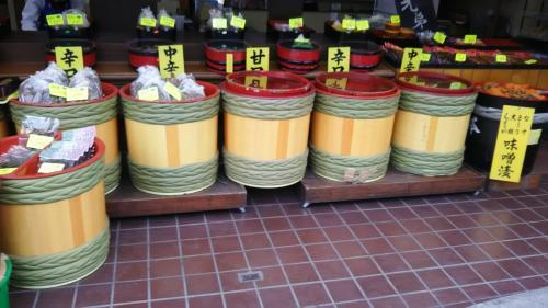 昔の保存食、漬物のお店も沢山ありました。