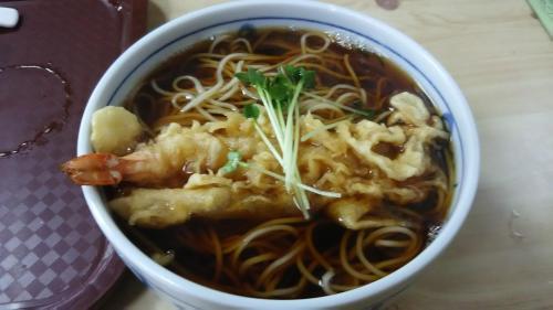 結局、並ばずに食べられるお蕎麦屋さんへ。天ぷら蕎麦で、普通過ぎ。