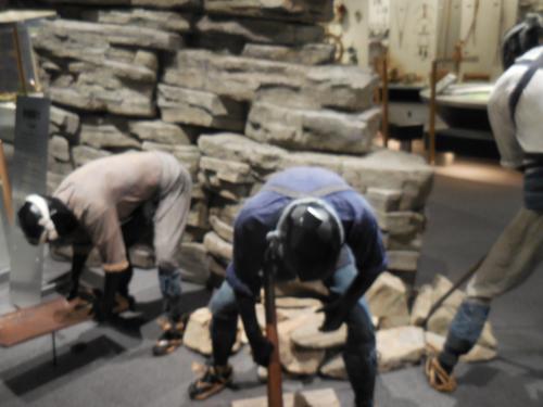 翌朝、ずっと行きたかった市立博物館に行きました。ここに来たかった理由は、東洋一といわれた鴻之舞金山の展示が見たかったからです。<br /> 鴻之舞金山は住友が経営していた鉱山で、私の祖父も勤めていました。それだけに興味がありました。この鉱山の発見を、オホーツクゴールドラッシュと書いてありました。