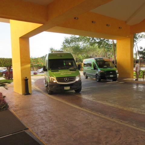 メキシコの国内線は★2時間前チェックイン★なので、朝食をホテルで食べずにホテルのシャトルバスへカンクン空港へ。<br /><br />コートヤードカンクンエアポートホテルからは予約無しで30分おきに空港行のシャトルバスが出ます。