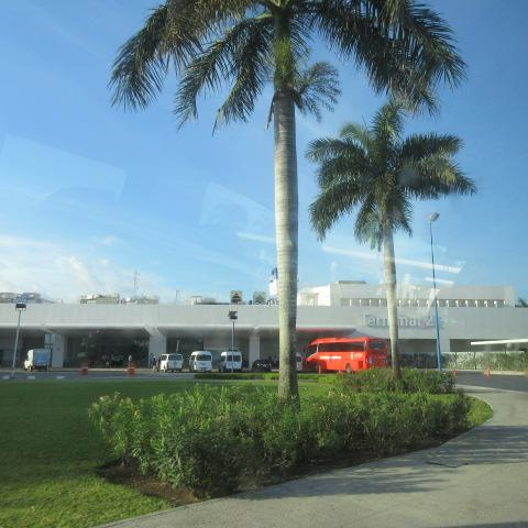 カンクン空港第2ターミナル到着。<br />Volaris ボラリス Y4 639 11:23 AM(CUN) ターミナル2→1:19 PM(BJX) <br />3時間の飛行時間です。<br /><br />航空コードがY4です。