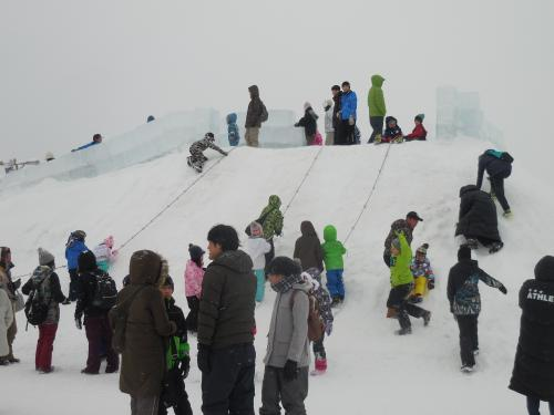 滑り台は、ちびっ子たちで人気でした。