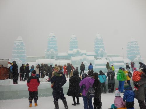 メイン会場のステージはアンコールワットですが、風が強く、雪がかぶってしまいました。