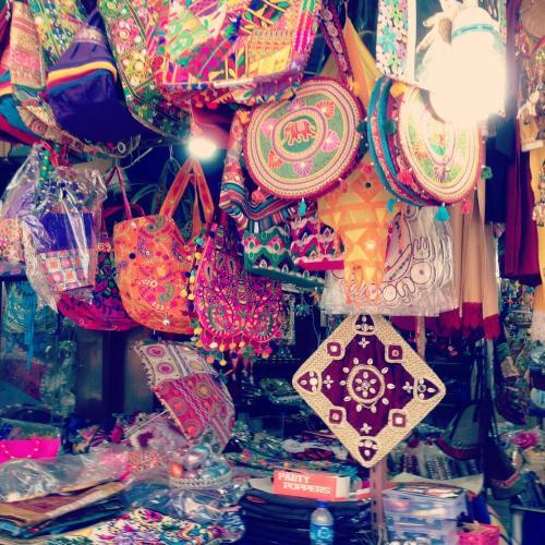 リトルインディアの雑貨屋さんで、みんなお土産たくさん買いました。