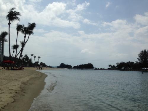 ケーブルカーでセントーサ島のビーチに行きました。<br />足だけ海に入って遊びました。