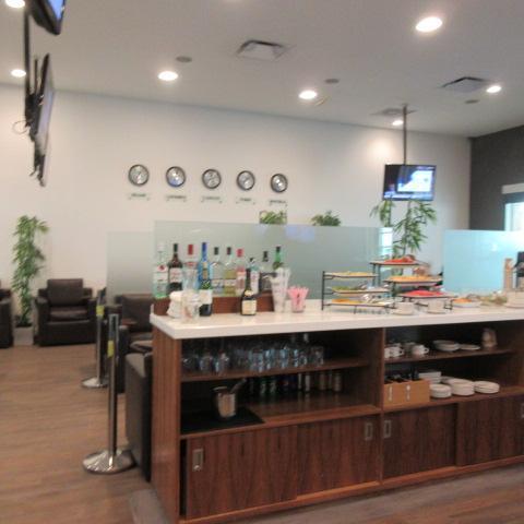 Mera Business Lounge内部<br /><br />国内線で軽食が出るのが海外ラウンジの利点。日本の国内線とは大違いです。<br /><br />メキシコの国内線2時間前チェックインは厳しいわ。