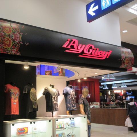 荷物をラウンジに置いて近くの店で買い物。<br />「Ay Guey!」、メキシコっぽい奇抜なデザインのTシャツ店。<br />試着できたので、買いました。小さなサイズから大きいサイズまであって使える。<br />派手すぎだけど、上着を着れば大丈夫。<br /><br />街中で売っているメキシコ模様のTシャツより、お値段高いですが、断然生地がよいです。スカル模様が多いんですけど。