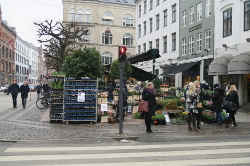 コペンハーゲンは3回目ですが、あと楽しいのは北欧のデザインを見ること。街を歩いているだけでグッドデザインがそこかしこにあります。<br />クリスチャニアもまた行きたかったけど、あれもこれもは出来なくて、諦めました。<br /><br />どれか叶ったらどれか一個諦めよう。<br />そういつも思っています。<br /><br />ストロイエからデパートのマガジンに向かっています。ずっと徒歩です。