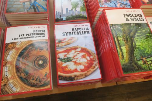 """ナポリの表紙はピザにするこのセンス<br /><br />そしてガチャガチャしていない統一美!<br /><br />日本のガイドブックは特に女子が読むものは、余計な絵やらマンガ調が多すぎて、何を書いてるか全然分かりません。<br />""""街角のにゃんこ ♪""""とか、なんなの。誰にそのインフォ必要なの。私が行った時そのねこいるの。<br />あんたほんとに使えないから!<br /><br />成田でわざわざ買ったことりっぷに向かって言っていたひとりごとです。。<br />地図さえ全然イケテなくて一切使いませんでした。(ㆀ˘・з・˘)"""