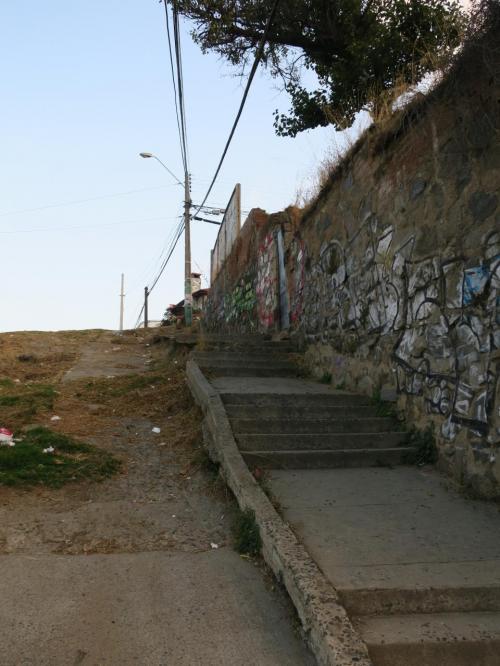 何時間か寝て目が冷めてもまだ日が落ちていませんでした。今日は、近所のレストランで夕食をとるだけにします。<br /><br />レセプションで「ホテルの前の坂道を下ってすぐの階段を下りたら道なりに10分ほどで観光エリアに着きます」と言われたのですが、階段がイメージしてたのと違う..。<br /><br />この階段のすぐ下にビスマルク広場というのがあって、観光マップでは見晴らしポイントの一つになっていましたが、電柱や民家などにところどころ遮られていまひとつ。ホテルからの眺めのほうがよかった。