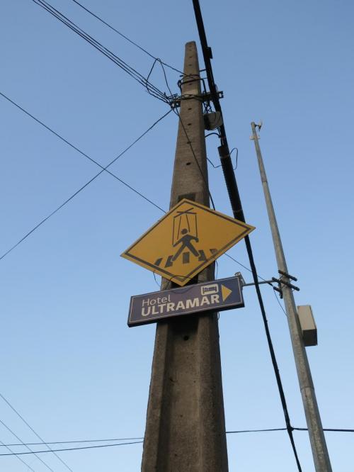 横断歩道の標識。マリオネット仕様なのはなぜ?