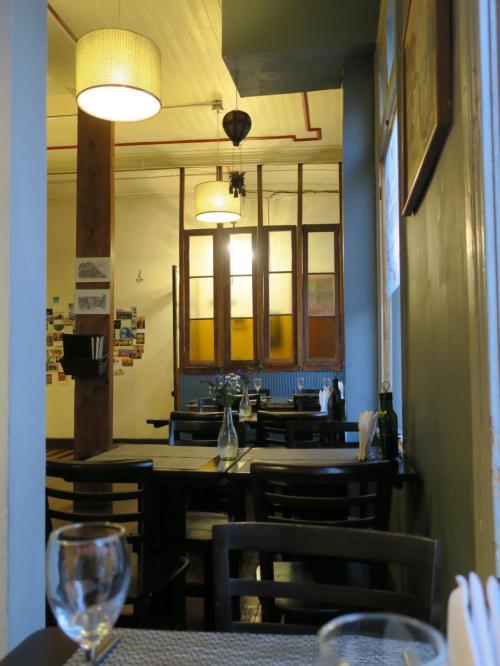 Almirante Montt 通り沿いにあったなんとなくいい雰囲気の MITO というレストランで夕食にします。入り口でメニューを見ていると、中からウエイターさんがやってきて声をかけてくれたので。最初は2階のテラス席に座ったのですが、肌寒くて1階の室内席に移動します。いい雰囲気。少し時間が早かったのでお客さんは2階にもう一人だけ。ですがじきに混んできました。夏のバルパライソ、最高気温が20℃くらいで、晩になるとかなり肌寒いです。