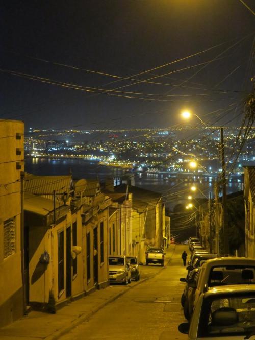 大満足の夕食を終えてから、ちょっと坂を下ったところのスーパーで水を買って、ホテルへ戻ります。坂道を見下ろす夜景がとてもきれいな港町バルパライソ。