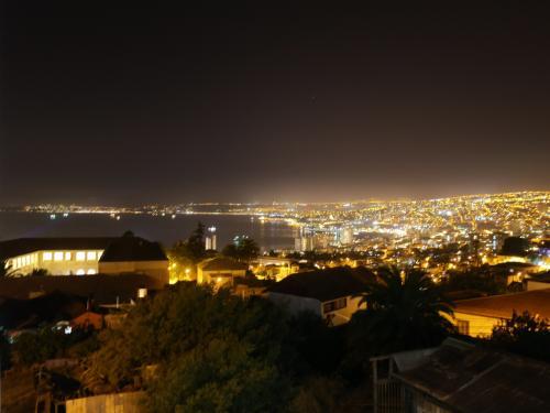 ホテルの部屋からの夜景もゴージャス。住宅街にあるのでとても静かです。