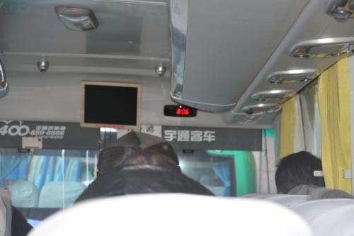 バスに乗って出発  車中で両替もしてくれます<br />1万円が530元 <br /> 空港では470元だったようですので、 その差は約1000円 大きいですね<br /> ツアーの方は 車中両替をおすすめします(^^)/<br />両替させてまた回収するシステムですね