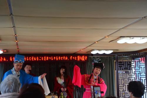 歌を聴きます<br />  後ろの電光掲示板に日本語訳が流れます・・・<br /><br /> これが民族シヨーなのですね