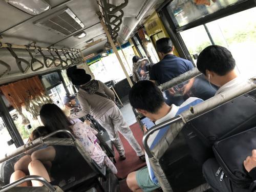 バスの中。若者が多いですね。