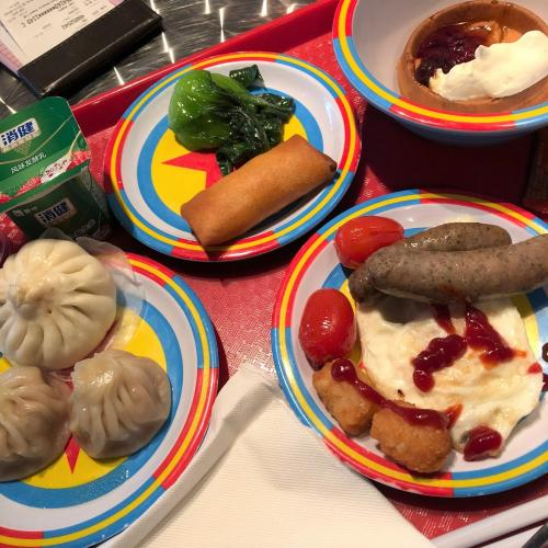 上海ディズニーランド3日目。<br /><br />昨日1日、広いパークの中を歩き回って<br />足腰ガタガタな朝。<br />夏に捻挫した膝と足首が痛い。<br />天気は小雨。<br /><br />なので、ゆっくりとトイストーリーホテルの<br />レストランで朝食ビュッフェ。<br />(予約無しでOK!キャラクターは来ない。)<br /><br />なんだか・・・<br />あまり美味しそうじゃない(^^;<br /><br />右上は、ライオンキングのワッフル。<br />肝心なシンバの顔見えず。<br /><br />見かけによらず、まあまあ。<br />点心美味しかった。<br /><br />おかゆや麺もあったかな?<br /><br /><br />で、部屋に戻ったら、夕べから充電してた<br />Wifiルーターのコンセントが緩んでて充電<br />されておらず。<br />充電待ちで、結局昼までホテルでダラダラ。<br /><br /><br />これが出来るのが、一人旅の良いとこ!<br />