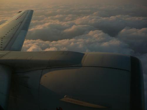 那覇までは B737-500 エンジンにイルカの書いてある機体でした<br /><br />このフライトを選んだのは夕日が見れると思ったので・・段々日が沈んでいきます