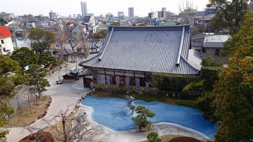 寺務所・納経所の上から見た源平庭と桜寿院の屋根。