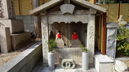 以下、来るときは通らなかった参道の仏像。<br /><br />案内図の赤井店の右側に進みます。