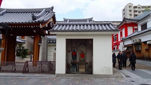 三軒寺前広場の出店の裏側。